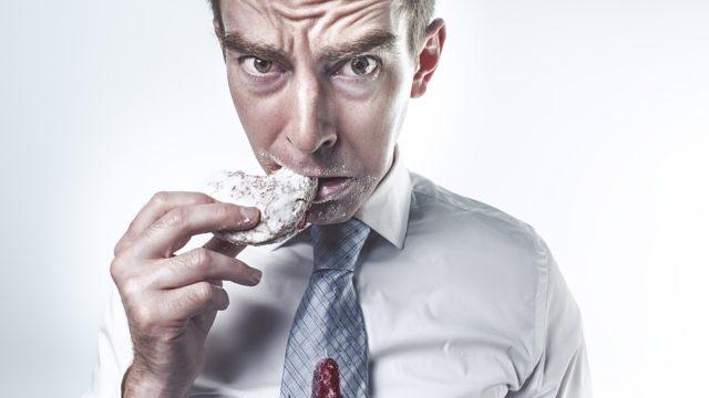 Homme qui mange un gateau
